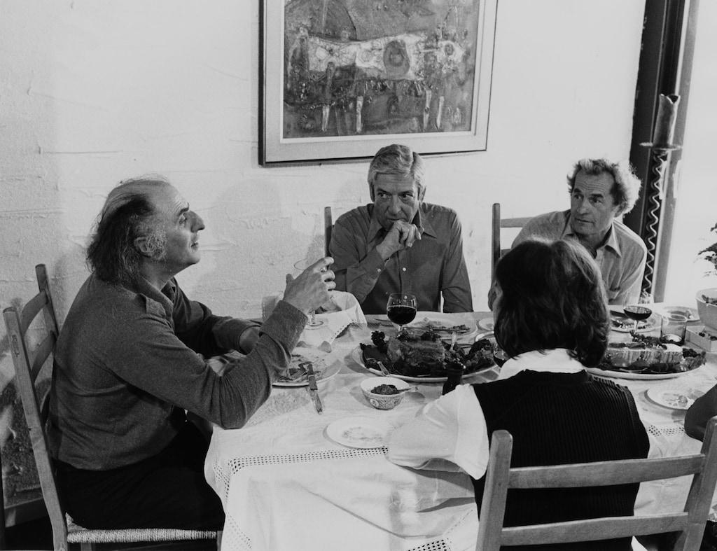 Dans la salle à dîner de la résidence de Fernand Seguin, l'auteur-compositeur québécois Gilles Vigneault, le vulgarisateur scientifique Fernand Seguin, l'urbaniste Jean-Claude La Haye ainsi que Fernande Giroux-Seguin, épouse de Fernand Seguin, sont attablés et discutent durant un repas.
