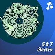 Un barman prépare un cocktail  sur un comptoir de bar.