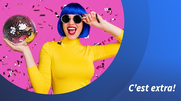 Une femme tient une boule disco dans sa main droite.
